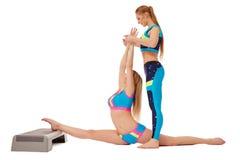 Meninas bonitas que fazem esticando o exercício nos pares Fotos de Stock Royalty Free