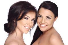 Meninas bonitas que levantam no estúdio no branco Imagens de Stock