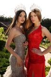 Meninas bonitas que vestem vestidos elegantes e a coroa luxuoso Fotografia de Stock