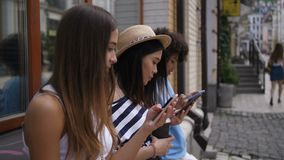 Meninas bonitas redigidas em seus telefones fora vídeos de arquivo