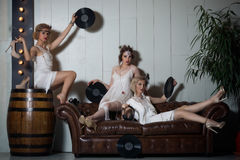 Meninas bonitas vestidas em equipamentos do estilo do flapper fotos de stock