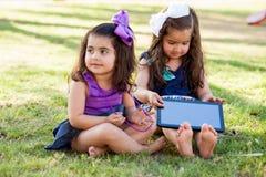 Meninas bonitos com um computador da tabela Foto de Stock