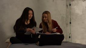 Meninas bonitos da High School que estudam junto em casa video estoque