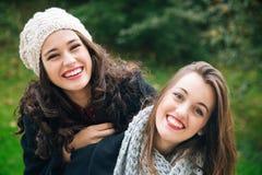 Meninas bonitos do melhor amigo um reboque Fotos de Stock Royalty Free