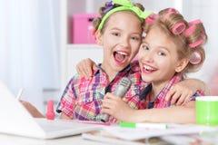 Meninas bonitos do tweenie com portátil Imagem de Stock