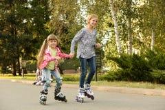 Meninas bonitos em patins de rolo Foto de Stock Royalty Free