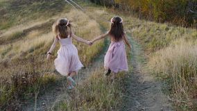 Meninas bonitos felizes que correm do monte Paisagem surpreendente no fundo vídeos de arquivo