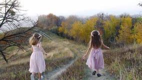 Meninas bonitos felizes que correm do monte Paisagem surpreendente no fundo filme