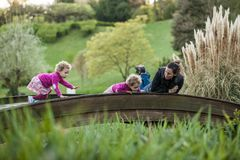 Meninas bonitos louras com a mãe na ponte Imagens de Stock Royalty Free