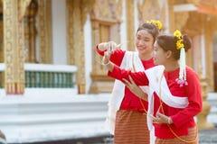 Meninas bonitos no traje tailandês da tradição imagens de stock royalty free
