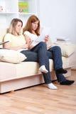 Meninas bonitos que sentam-se com notas de papel Imagem de Stock Royalty Free