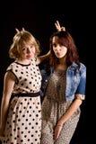 Meninas brincalh?o que fazem V-sinais Fotografia de Stock Royalty Free