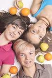 Meninas caucasianos novas e felizes com as cintas ortos dos dentes que têm F imagem de stock royalty free