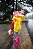Meninas caucasianos novas que abraçam na chuva Imagem de Stock