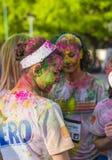 Meninas cobertas no pó colorido imagem de stock