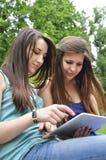 Meninas com almofada de toque Imagens de Stock