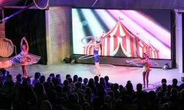 Meninas com anéis na frente da audiência Foto de Stock Royalty Free