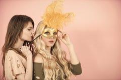 Meninas com cabelo longo no fundo cor-de-rosa Imagem de Stock Royalty Free