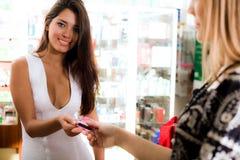 Meninas com cartão foto de stock royalty free