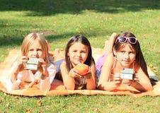 Meninas com casas Foto de Stock Royalty Free