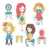 Meninas com chá e cadeiras Foto de Stock