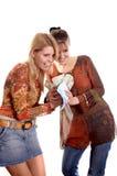 Meninas com envelope e dinheiro foto de stock