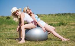 Meninas com esfera grande Foto de Stock Royalty Free