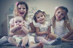 Meninas com irmão do bebê Retrato Foto de Stock Royalty Free