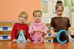 Meninas com letras de b um c Imagens de Stock