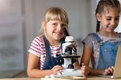 Meninas com microscópio Fotos de Stock Royalty Free