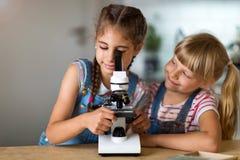 Meninas com microscópio Imagens de Stock