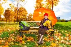 Meninas com o guarda-chuva após a escola Imagem de Stock Royalty Free