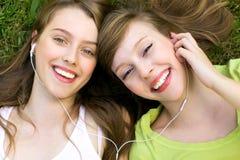 Meninas com o jogador mp3 Fotos de Stock Royalty Free