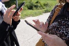 Meninas com o smartphone Fotografia de Stock Royalty Free