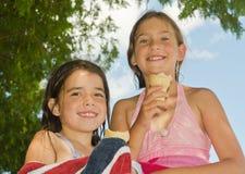 Meninas com os cones de um gelado Fotos de Stock Royalty Free