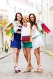Meninas com os sacos de compras em ctiy Imagem de Stock