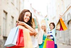 Meninas com os sacos de compras em ctiy Fotografia de Stock Royalty Free