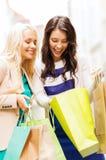 Meninas com os sacos de compras em ctiy Foto de Stock Royalty Free