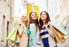 Meninas com os sacos de compras em ctiy Imagens de Stock