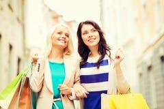 Meninas com os sacos de compras em ctiy Imagem de Stock Royalty Free