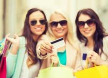 Meninas com os sacos de compras em ctiy Fotografia de Stock