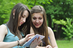 Meninas com PC da tabuleta Fotografia de Stock