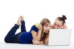 Meninas com portátil imagens de stock