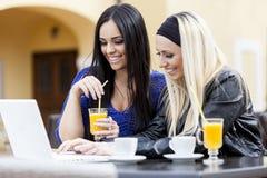Meninas com portátil Fotos de Stock Royalty Free