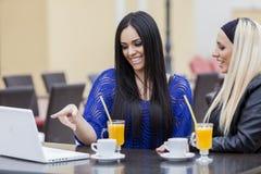 Meninas com portátil Imagem de Stock Royalty Free