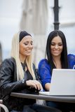 Meninas com portátil Fotografia de Stock