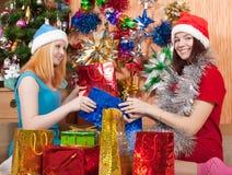Meninas com presentes do Natal Fotografia de Stock