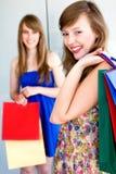 Meninas com sacos de compra fotografia de stock