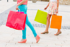 Meninas com sacos de compras Fotografia de Stock Royalty Free