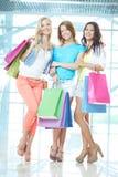 Meninas com sacos de papel Fotos de Stock Royalty Free